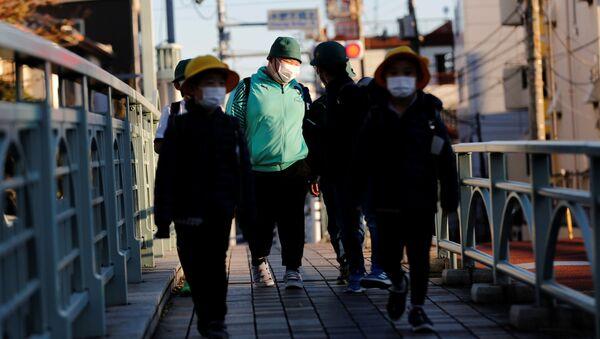 Люди идут по улице в Токио - Sputnik Беларусь