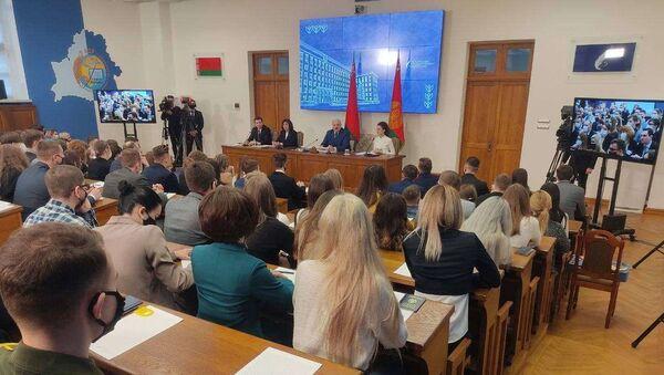 Лукашенко на встрече со студентами - Sputnik Беларусь
