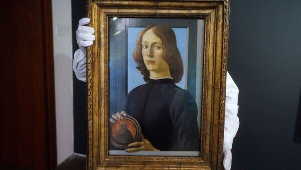 Картина Боттичелли Молодой человек с медальоном  - Sputnik Беларусь