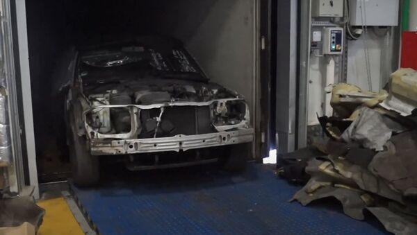 Таможенники при проверке фуры с запчастями нашли Mercedes - Sputnik Беларусь