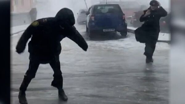 Видеофакт: Сногсшибательно! Жители Владивостока сражаются с непогодой - Sputnik Беларусь