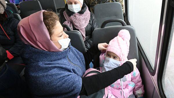 Пассажиры в защитных масках - Sputnik Беларусь