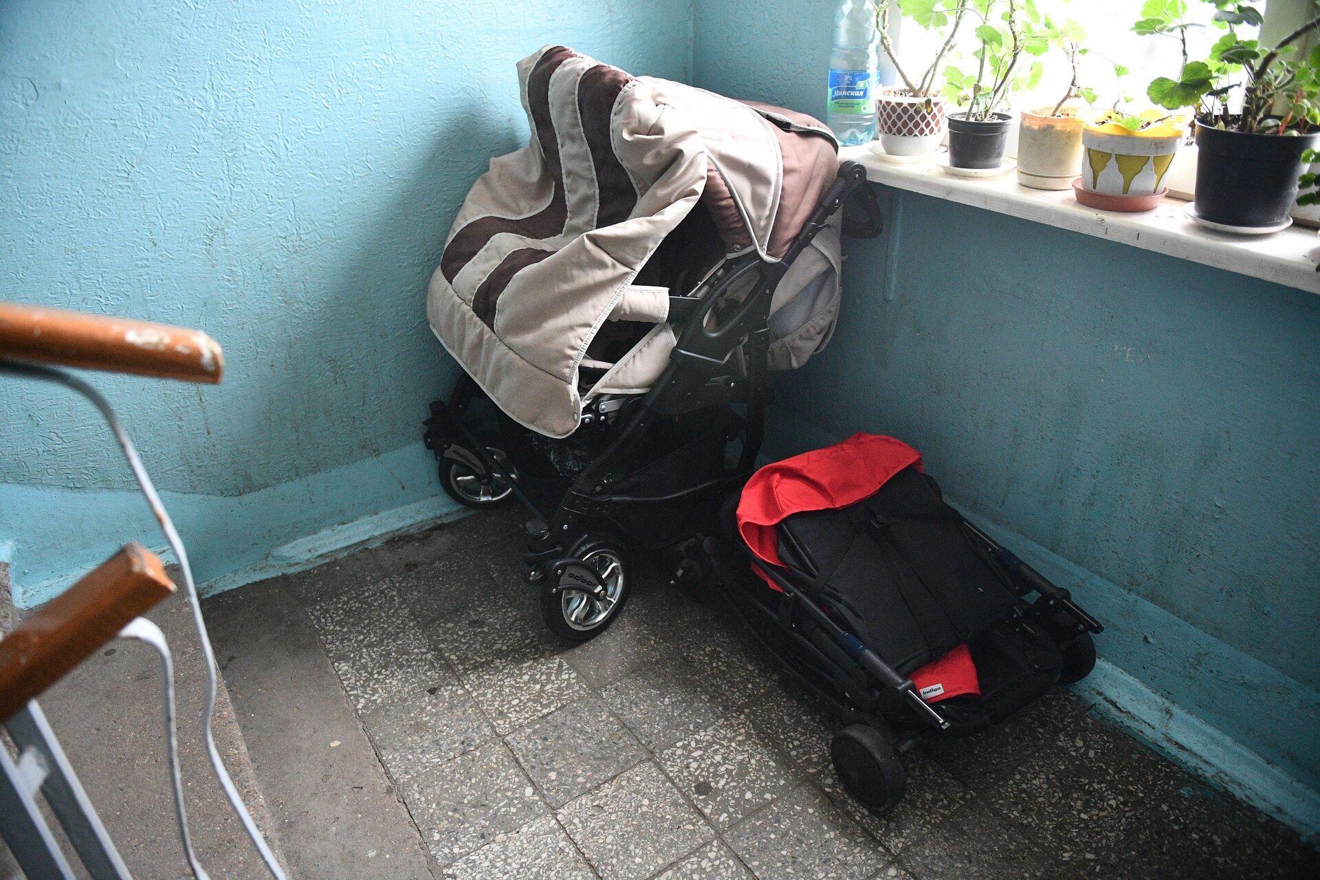 В очереди и без надежды: как семья с 3 детьми живет в 9-метровой комнатке  - Sputnik Беларусь, 1920, 03.02.2021