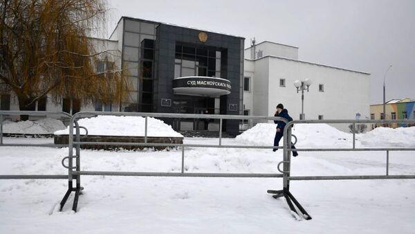 Возле суда Московского района накануне заседания по делу Бабарико выставили ограждение - Sputnik Беларусь