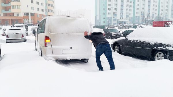 Гродно снова засыпало снегом: пробки 10 баллов, замело дворы и дороги – видео  - Sputnik Беларусь