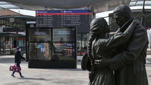 Молодой человек в защитной маске на Белорусском вокзале в Москве - Sputnik Беларусь