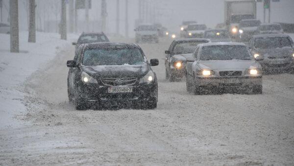 Автомобили на заснеженной дороге - Sputnik Беларусь