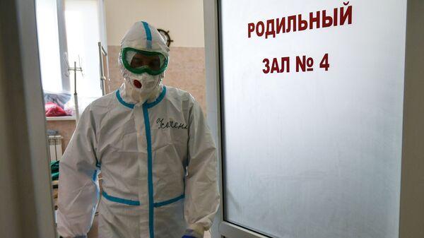 Медицинский сотрудник выходит из палаты для больных коронавирусом в родильном доме - Sputnik Беларусь