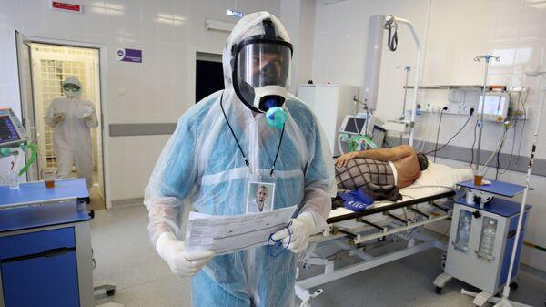 Медыцынскія работнікі і пацыент у шпіталі для лячэння хворых на COVID-19 - Sputnik Беларусь