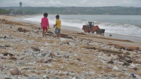 Межы закрыліся, а пластык застаўся: як чысцяць пляжы на Балі - відэа - Sputnik Беларусь