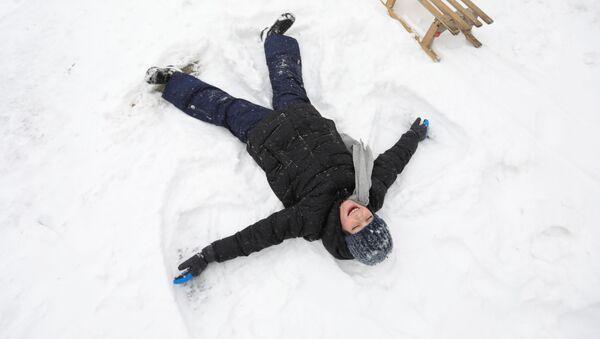 Ребенок делает ангела на снегу после сильного снегопада в Амстердаме - Sputnik Беларусь