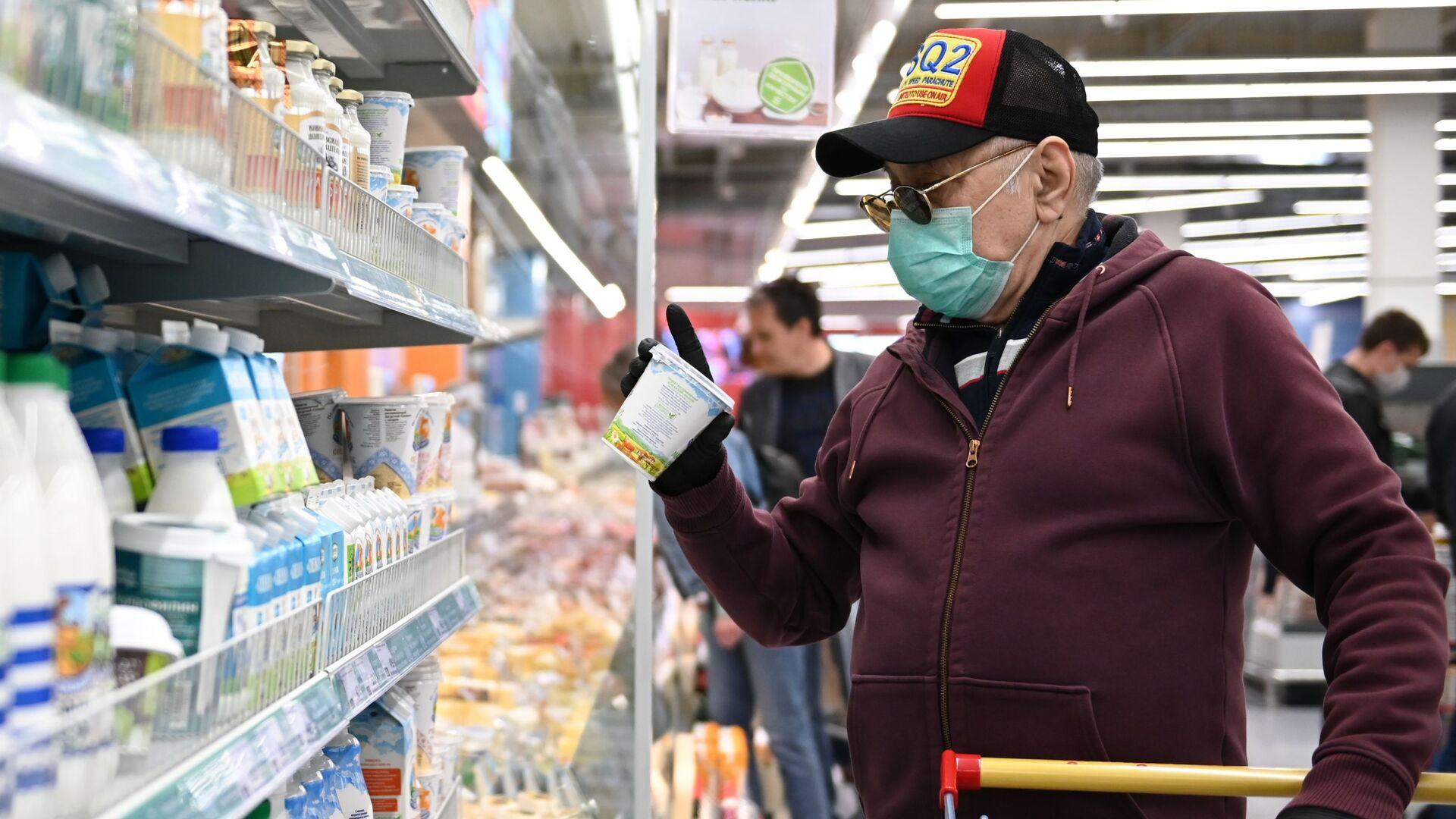 Мужчина покупает продукты в гипермаркете Магнит - Sputnik Беларусь, 1920, 17.09.2021