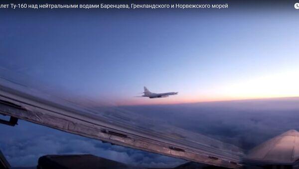 Белыя лебедзі у небе над трыма морамі - відэа палёту ракетаносцаў - Sputnik Беларусь