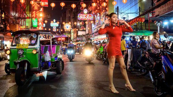 Женщина позирует для фото на улице, украшенной к Новому Лунному году в китайском квартале Бангкока - Sputnik Беларусь