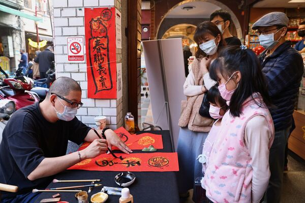 Уладальнік крамы піша каліграфічныя надпісы на паштоўках на рынку ў Тайбэі, Тайвань - Sputnik Беларусь