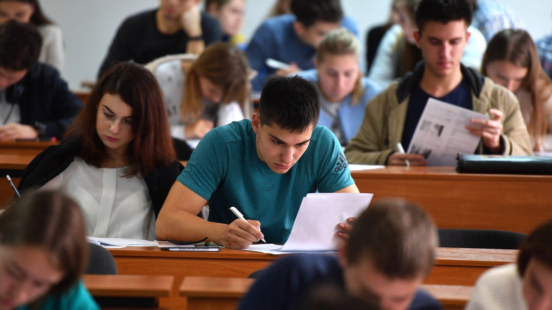 Студенты на лекции - Sputnik Беларусь, 1920, 05.04.2021