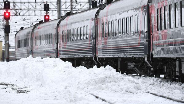 Уборка снега на железнодорожном вокзале  - Sputnik Беларусь