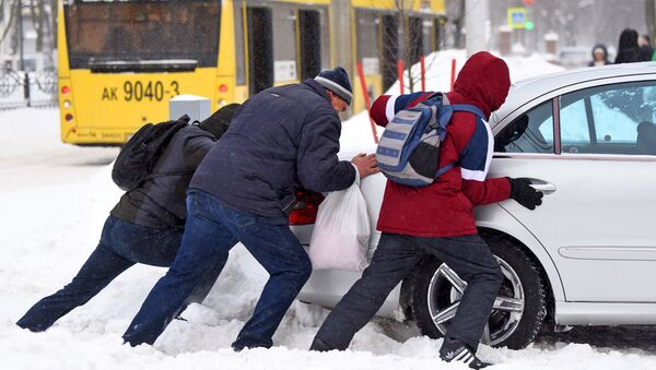 Люди выталкивают машину из снега - Sputnik Беларусь