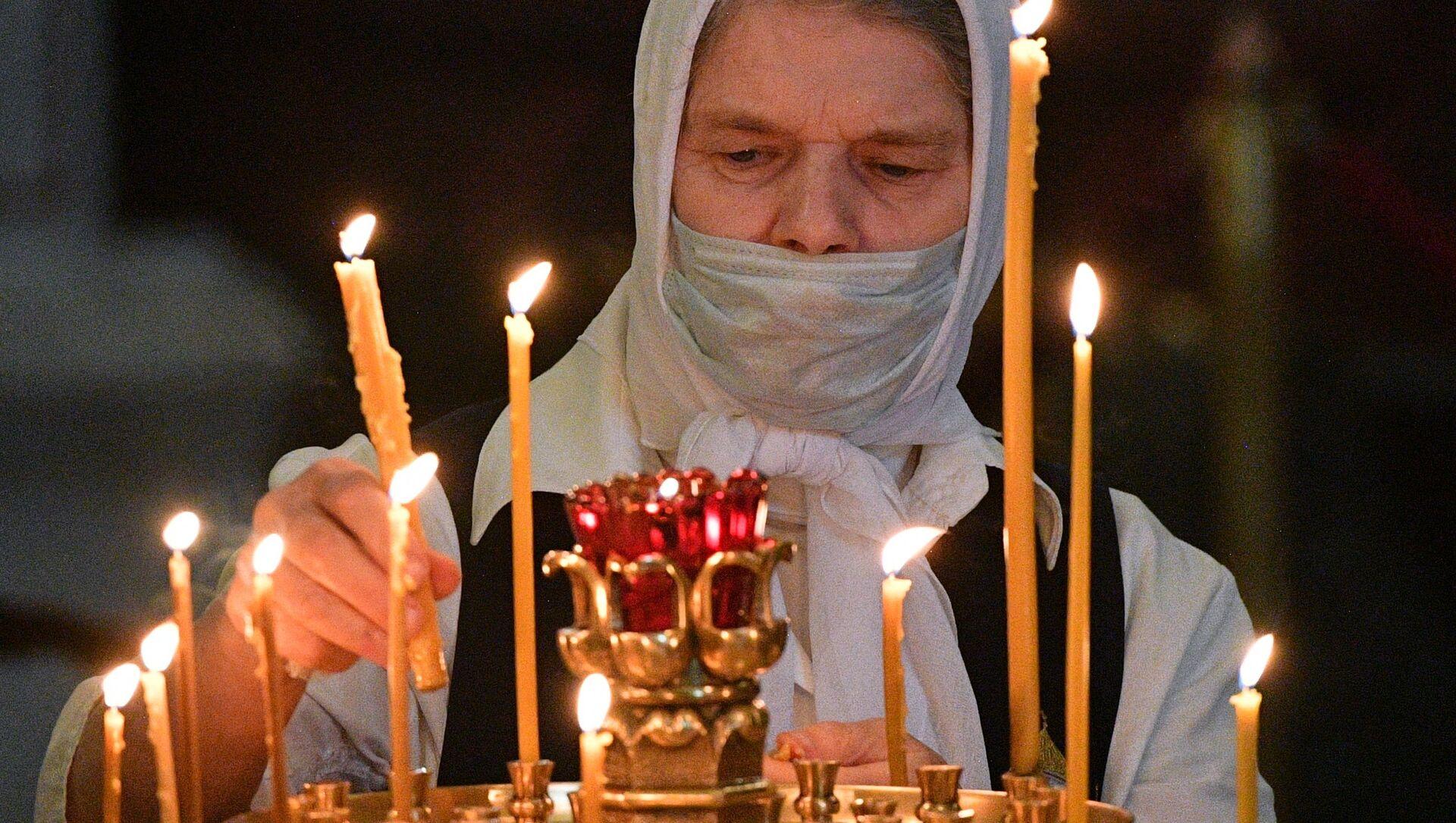 Верующая в церкви - Sputnik Беларусь, 1920, 15.02.2021