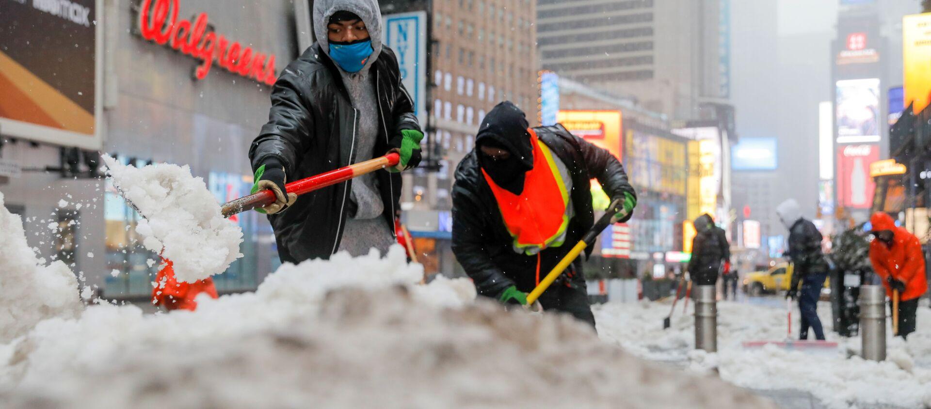Рабочие чистят снег в Нью-Йорке - Sputnik Беларусь, 1920, 21.02.2021