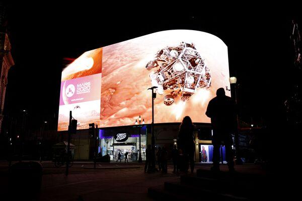 Посадка на Марс транслировалась в прямом эфире на экране Piccadilly Lights в центре Лондона - Sputnik Беларусь