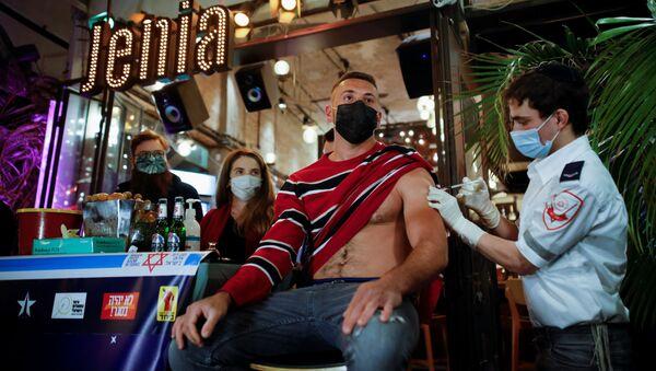 Вакцинация в одном из баров Тель-Авива - Sputnik Беларусь