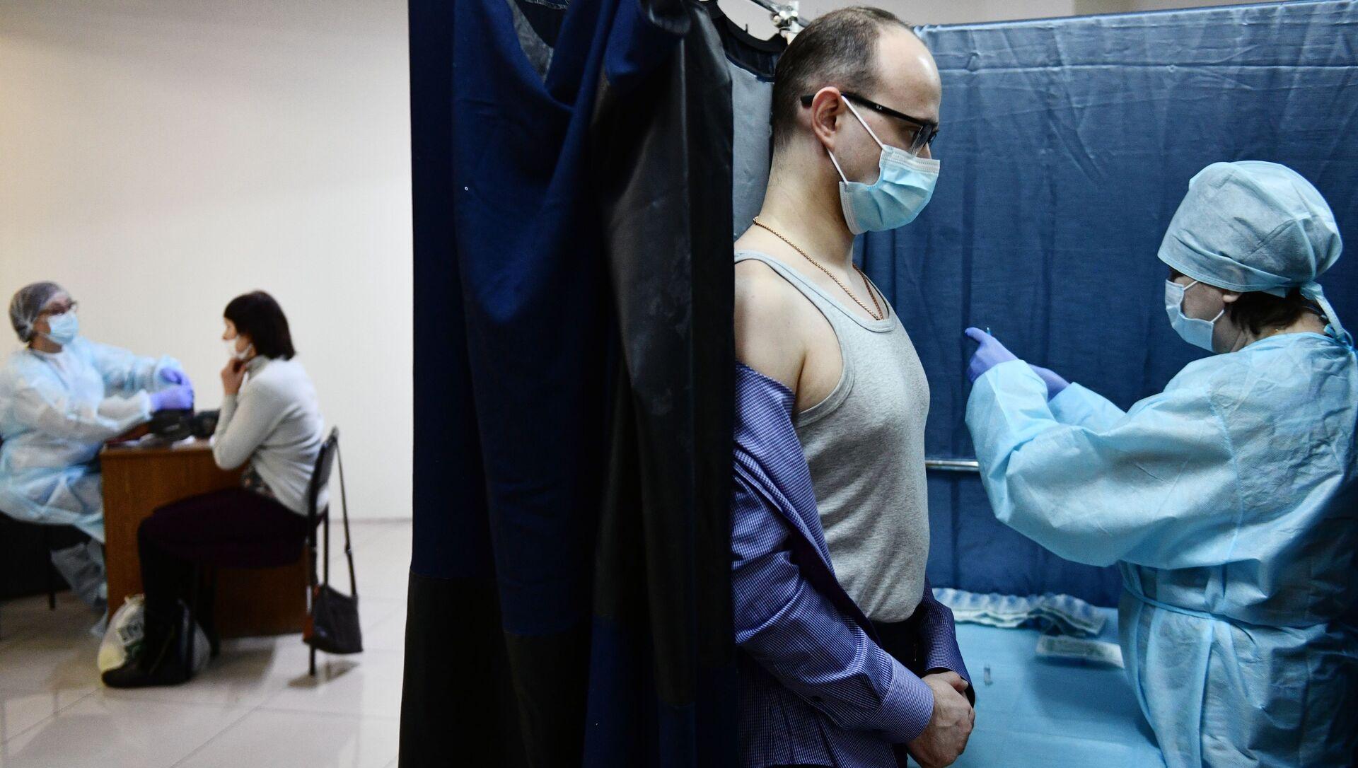 Мужчина вакцинируется от коронавируса - Sputnik Беларусь, 1920, 07.04.2021