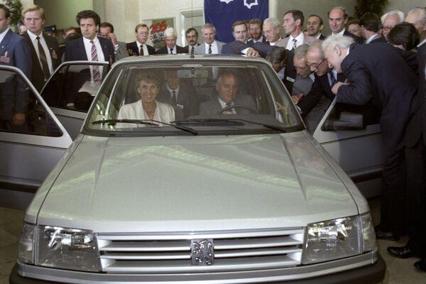 Михаил Сергеевич Горбачев в автомобиле марки Пежо во время посещения автомобильного завода в городе Пуасси во Франции. - Sputnik Беларусь