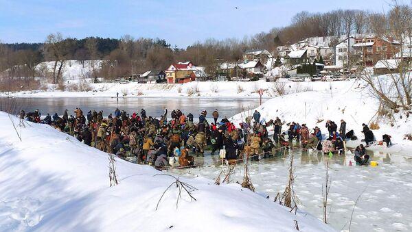 Десятки рыбаков собрались на клочке льда в Гродно - Sputnik Беларусь
