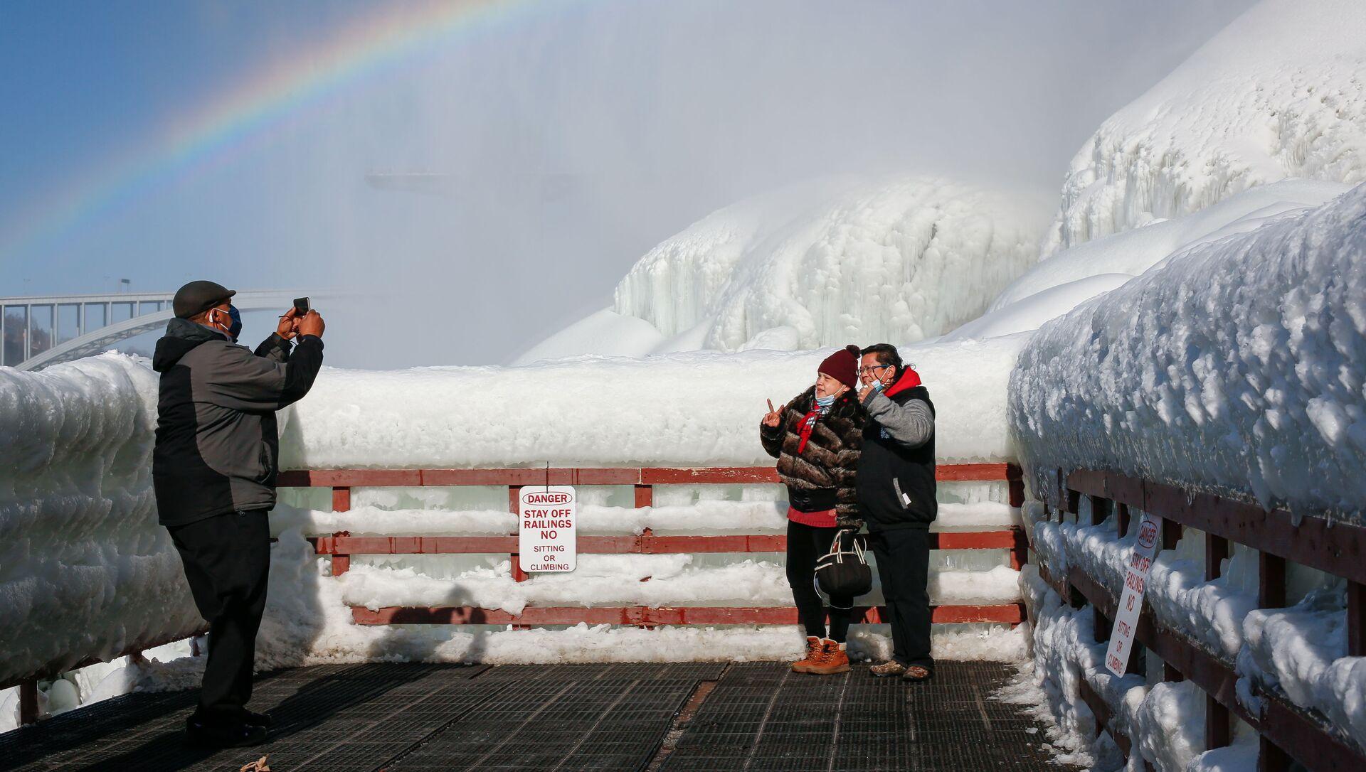 Туристы фотографируются на фоне замерзшего Ниагарского водопада - Sputnik Беларусь, 1920, 23.02.2021