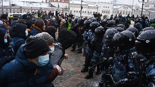 Сотрудники правоохранительных органов и участники несанкционированной акции в Москве. - Sputnik Беларусь