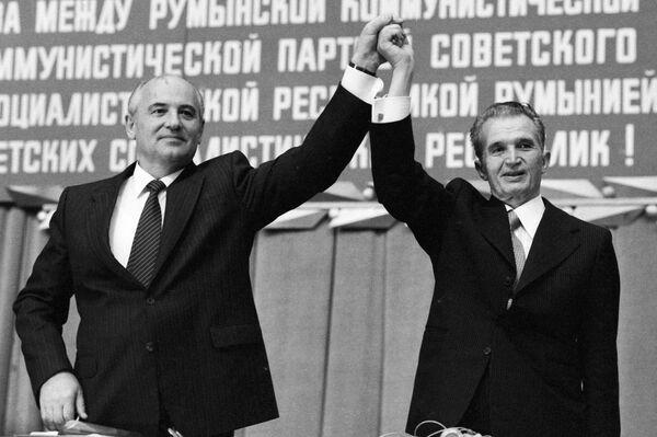 Генеральный секретарь ЦК КПСС Михаил Сергеевич Горбачев и Генеральный секретарь румынской коммунистической партии, Президент СРР Николае Чаушеску на митинге советско-румынской дружбы в 1987 году. Чаушеску был сложным человеком. Он старался давать мне советы… Когда я посетил Румынию, то увидел, что люди смотрят на Чаушеску, отслеживают его каждый жест, каждое движение пальца — они были похожи на винтики одного и того же механизма, - вспоминал позднее Горбачев. - Sputnik Беларусь