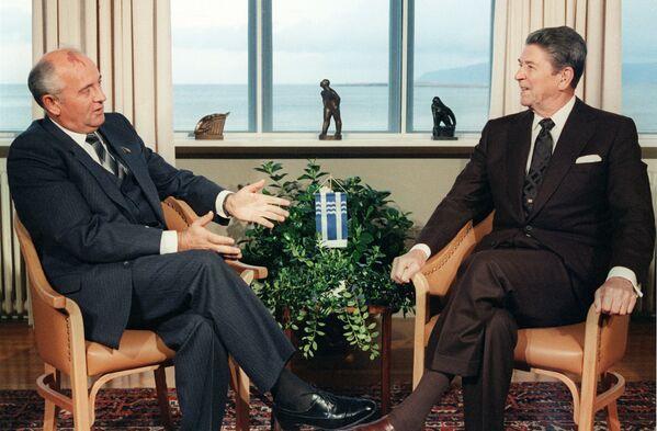 Генеральный секретарь ЦК КПСС Михаил Горбачев и президент США Рональд Рейган на переговорах в Рейкьявике (Исландия) в Hofdi House 11 октября 1986 года. Встреча состоялась по предложению Горбачева. Тогда не удалось достичь никаких договоренностей, однако она считается важной вехой в советско-американском переговорном процессе по стратегическим наступательным вооружениям. - Sputnik Беларусь