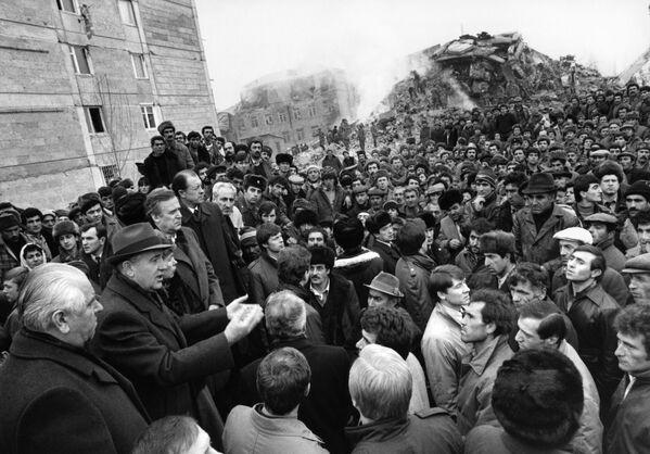 Горбачев обращается к жителям Ленинакана, сильно пострадавшего от Спитакского землетрясения. Во время землетрясения генсек был с визитом в США и призвал западные страны помочь советской Армении. - Sputnik Беларусь