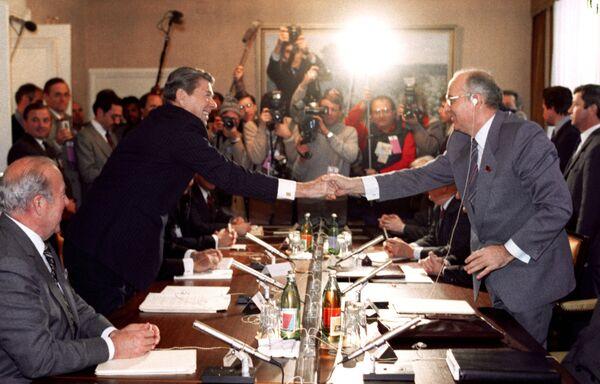 19 ноября 1985 года на саммите в Женеве по ядерному разоружению состоялась первая встреча Михаила Горбачева и Рональда Рейгана. Переговоры прошли в советском представительстве. Хотя их встреча не привела к подписанию официального соглашения о сокращении вооружений, считается, что именно там был сделан первый решающий шаг к завершению холодной войны. После окончания переговоров Горбачев назвал Рейгана динозавром, а тот окрестил его твердолобым большевиком. - Sputnik Беларусь