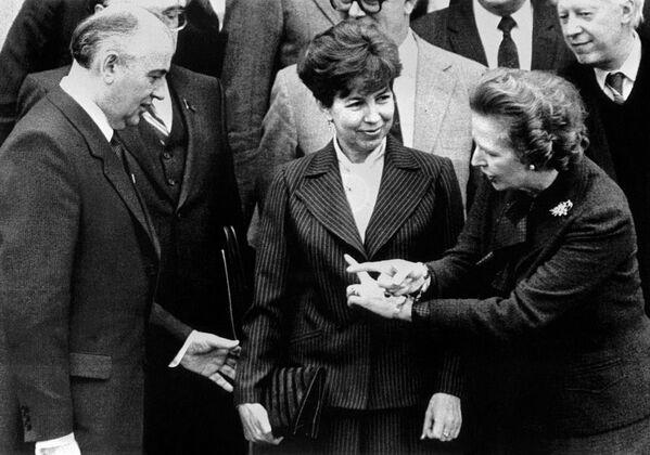 Придя во власть, Горбачев пытался улучшить отношения с США и Западной Европой. В декабре 1984 года Горбачев со своей супругой Раисой посетил Лондон по приглашению премьер-министра Великобритании Маргарет Тэтчер, с которой познакомился на похоронах Андропова. Переговоры проходили в неформальной и доверительной атмосфере в загородной резиденции Чеккерс, Горбачев сосредоточился на разоруженческой проблематике. Я определенно нахожу его человеком, с которым можно иметь дело. Он открыт и образован. Он дружелюбен, обладает определенным шармом и чувством юмора, - написала железная леди президенту США Рональду Рейгану. - Sputnik Беларусь