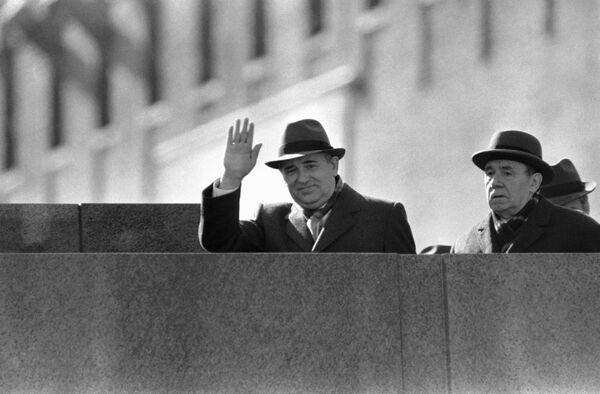 Горбачев машет рукой с мавзолея Ленина на Красной площади в Москве 1 мая 1986 года. На пятый день после аварии на Чернобыльской АЭС, по указанию Горбачева, с целью недопущения паники среди населения, в Киеве, Минске и других городах республик были проведены первомайские демонстрации. - Sputnik Беларусь