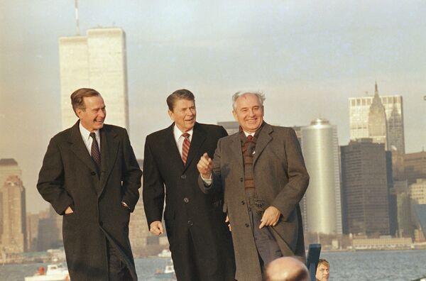 Михаил Горбачев во время осмотра гавани Нью-Йорка с президентом Рональдом Рейганом и новым избранным президентом Джорджем Бушем 7 декабря 1988 года. - Sputnik Беларусь