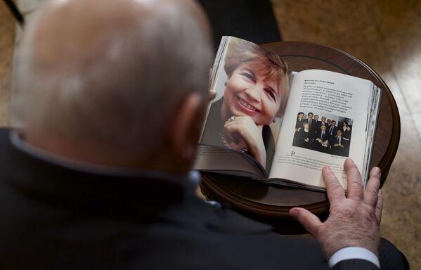 В 1999 году Горбачев потерял супругу. Раиса Максимовна умерла от лейкоза  в Германии, где проходила лечение.  После его ухода с поста президента СССР она помогала мужу в создании и работе Горбачев-Фонда, создала и возглавила Клуб Раисы Максимовны.  - Sputnik Беларусь