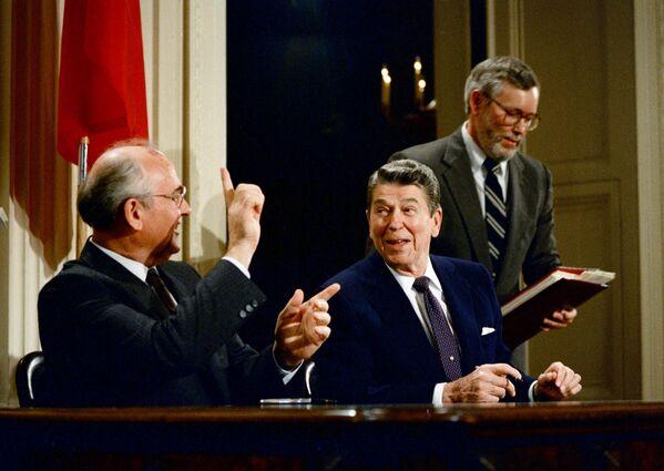 8 декабря 1987 года генеральный секретарь ЦК КПСС Михаил Горбачев и президент США Рональд Рейган подписали в Белом доме Договор о ликвидации ракет средней и малой дальности. Согласно ему, государства должны были уничтожить все ракеты наземного базирования с радиусом действия 500-5500 км. Это был первый в истории случай упразднения целого класса вооружений. - Sputnik Беларусь
