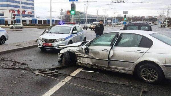 Пьяный водитель на BMW пробил заграждение и врезался в другую машину - Sputnik Беларусь
