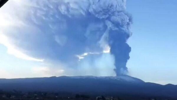 Все черное: города в Италии засыпало пеплом от вулкана Этна  - Sputnik Беларусь