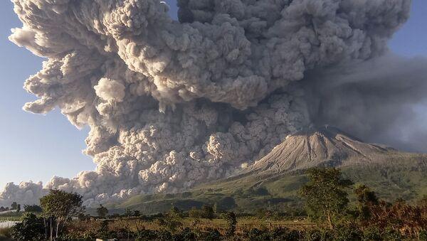Извержение вулкана Синабунг в Индонезии - Sputnik Беларусь