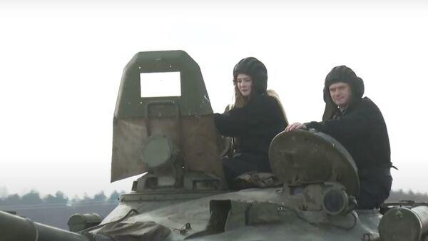 Ваенныя выканалі мару студэнткі і пракацілі яе на танку - відэа - Sputnik Беларусь