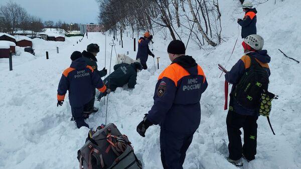 Сотрудники МЧС РФ на месте схода лавины в городе Елизово - Sputnik Беларусь