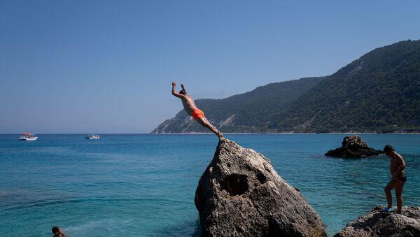 Мужчына нырае на пляжы Агіёс Нікітас на востраве Лефкас, Грэцыя - Sputnik Беларусь