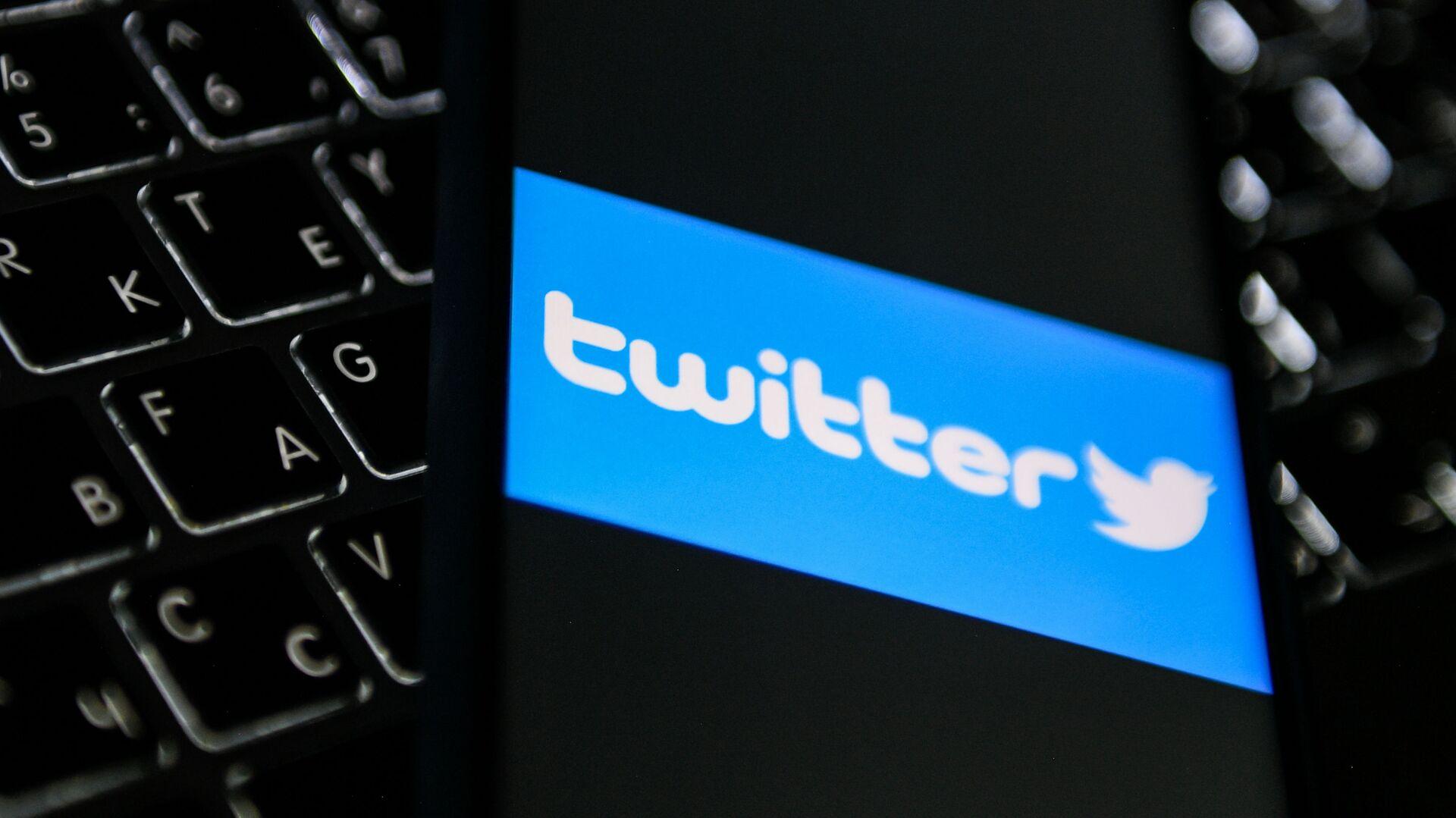 Логотип социальной сети Twitter на экране мобильного телефона - Sputnik Беларусь, 1920, 09.03.2021