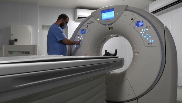 Медицинский работник в кабинете компьютерной томографии - Sputnik Беларусь