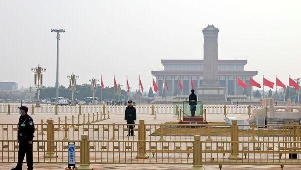 Сотрудники службы безопасности несут дежурство на площади Тяньаньмэнь за пределами Большого зала народных собраний перед заключительным заседанием Всекитайского собрания народных представителей в Пекине - Sputnik Беларусь