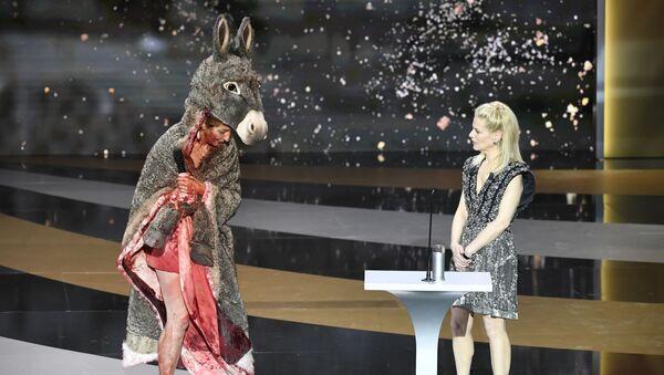 Актриса Корин Масьеро разделась на сцене во время вручения наград кинопремии Сезар - Sputnik Беларусь